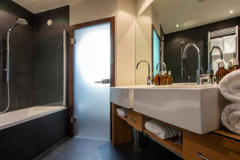 Hermes bathroom in Chalet Artemis Bath view